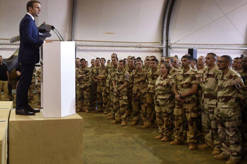 法國總統馬克宏出訪非洲國家馬利,順道訪視法國在當地的駐外部隊。(美聯社)