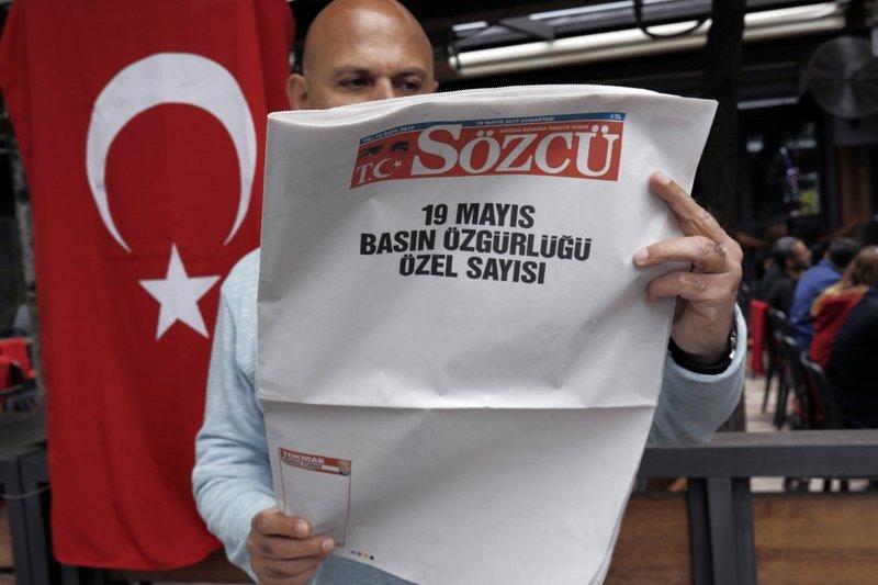 土耳其超級總統艾爾多安將魔爪伸向反對派報紙《發言人》(Sozcu),相關消息指出政府於19日下達拘捕令,欲逮補該報老闆及3名員工,但代表律師則表示僅收到「搜索令」。(AP)