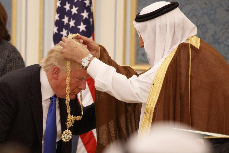 川普訪沙烏地:沙烏地國王薩勒曼頒授「阿勒沙特」勳章給川普(AP)