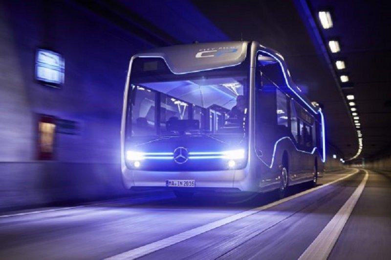 賓士研發的無人自駕巴士。(youtube截圖)