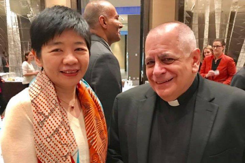 醫界聯盟執行長林世嘉在WHA周邊會議「抗生素抗藥性」專業會議與教廷駐聯合國大使Monsignor Robert Vitillo合影。林世嘉說,Vitillo說要趕回紐約,無法參加21日的外交酒宴「台灣之夜」,特別致歉。(取自林世嘉臉書)