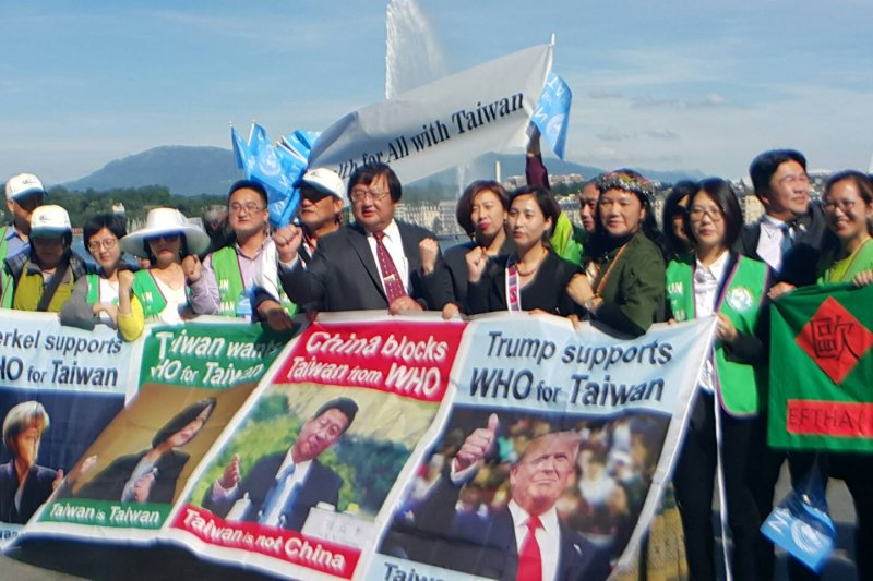 中國打壓台灣,台灣聯合國協進會、醫界聯盟、歐洲台灣醫事聯盟、立委、衛福部長陳時中及聲援的民眾21日下午也在日內瓦湖畔舉行宣達記者會,拉起布條,揮舞小旗幟,並發放4國語言的傳單,訴求「WHO FOR TAIWAN」。(世衛宣達團提供)