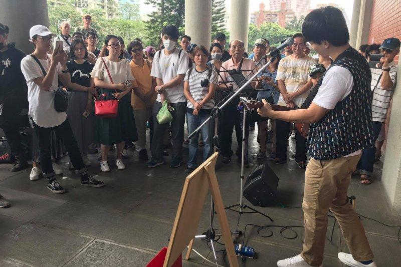 台北市文化局20日、21日舉行街頭藝人考照,評審卻遭批毫不尊重表演者。(圖/William Lü臉書)