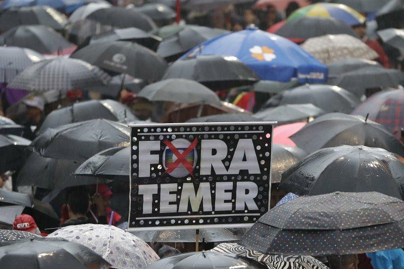 巴西總統特梅爾身陷賄賂醜聞,民眾要求下台,恐怕難逃被彈劾命運(AP)