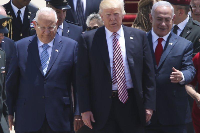 美國總統川普22日到訪以色列,以色列總統納坦雅胡到機場停機坪親迎。(美聯社)
