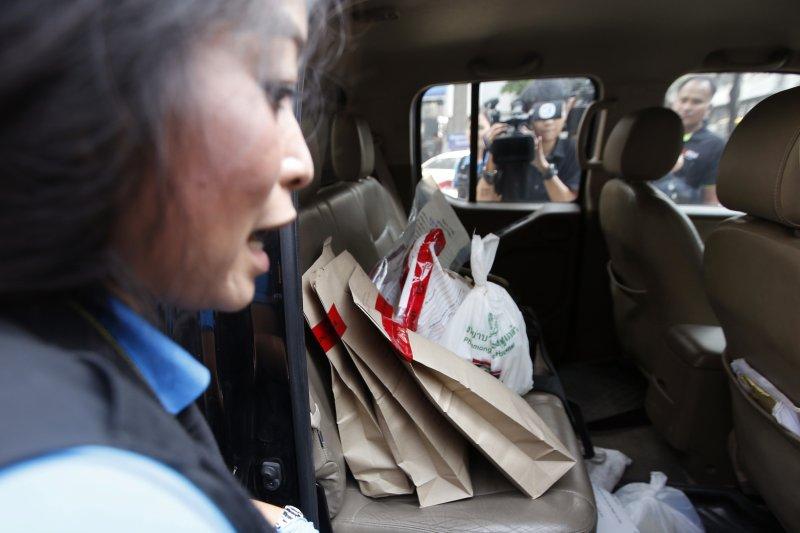 泰國首都曼谷「拉瑪四世紀念醫院」(Phramongkutklao Hospital)22日遭到炸彈攻擊,造成20多人受傷,警方現場蒐集證物(AP)