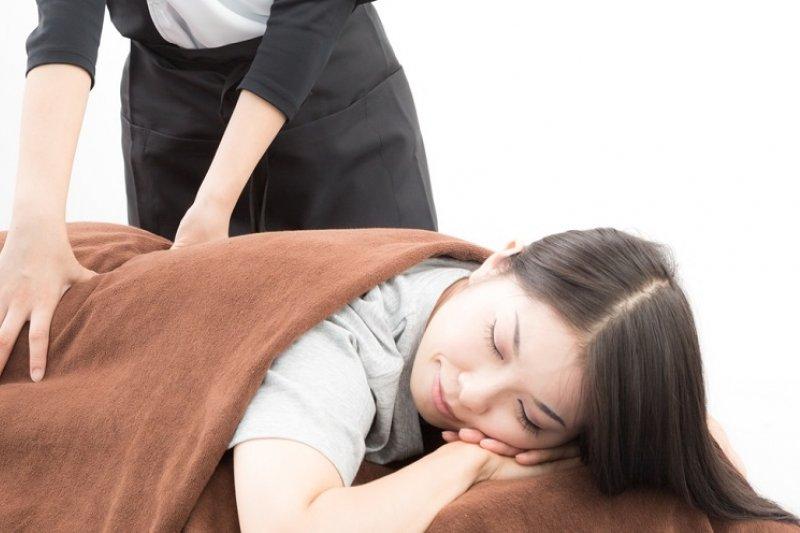 肩頸痠痛、腰痛別只花錢按摩!平時的預防更重要!(圖/Pakutaso)