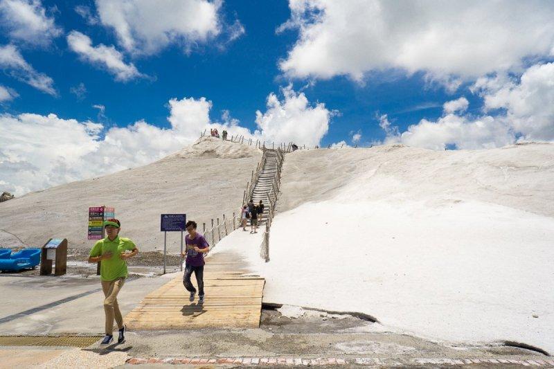 台南七股鹽山是著名的觀光景點,在這裏從任何角度都會看到一個巨大的白色球體,多數遊客不知道這是七股氣象雷達站,但附近鹽埕里的漁民感受卻很深刻。(圖/Tao Tsai@Flickr)
