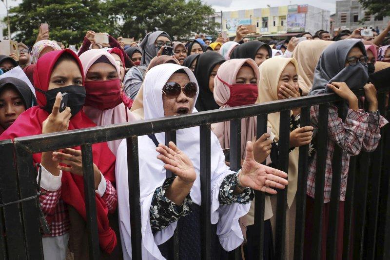 印尼亞齊民眾觀看公開鞭刑處分(AP)