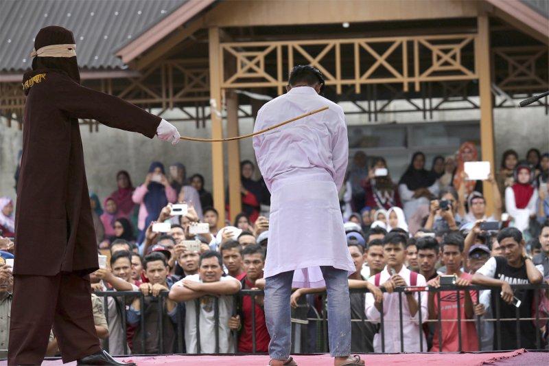 印尼亞齊一對同志被「捉姦在床」而遭受公開鞭刑處分(AP)
