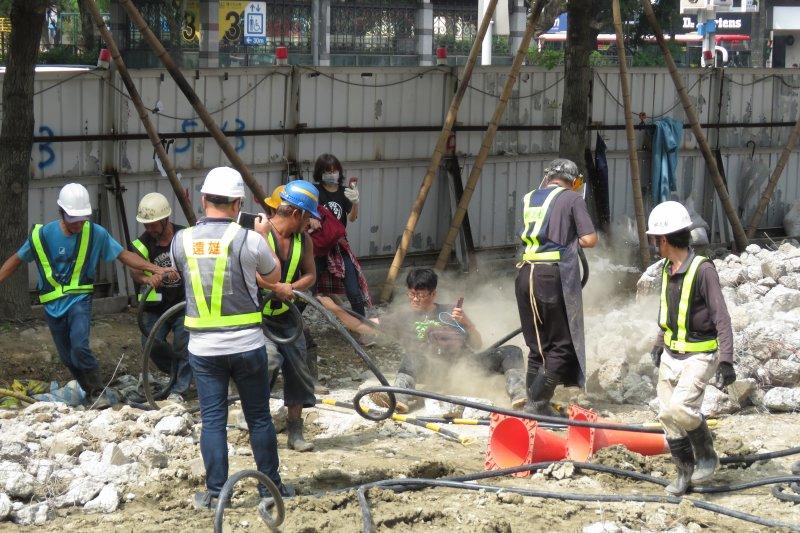 游藝遭操作高壓空氣槍的樹花園公司某位主任,率領工人在水泥碎石地上拖行數公尺,造成手部、背部與臀部多處嚴重擦傷。(松菸護樹團體提供)