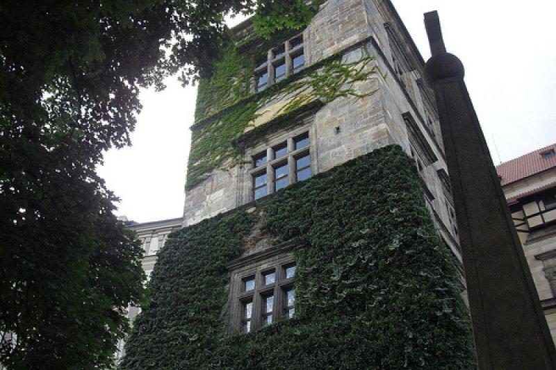 兩名羅馬帝國大臣和一名書記官被從布拉格城堡上最高的曾樓上丟下來。(wikipedia/public domain)
