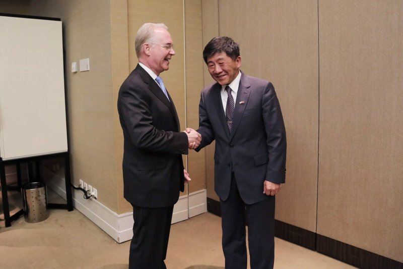 台灣衛福部長陳時中與美國衛生部長普萊斯(Tom Price)在日內瓦舉行雙邊會。(衛福部提供)
