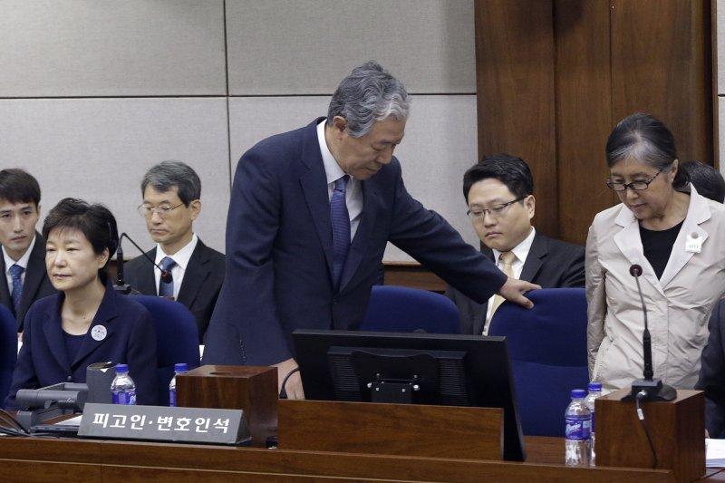 朴槿惠與相交40年的閨蜜崔順實22日在法庭上相逢,但兩人完全沒有交流。(美聯社)