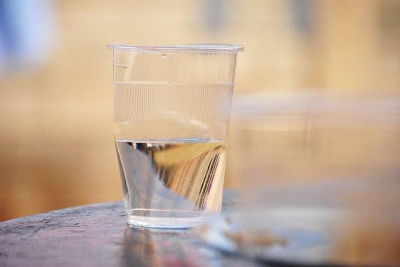 睡前喝杯水能讓血液不那麼濃稠、防止中風,這是真的嗎?(圖/Pixabay)