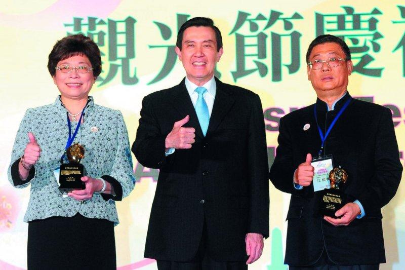 賴瑟珍(左)努力推廣台灣觀光,有「台灣觀光媽祖婆」之稱。(總統府提供)