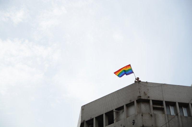 2014年參與同志遊行並揮舞彩虹旗的祁家威。(Demian&Jules @wikipedia/CCBYSA2.0)
