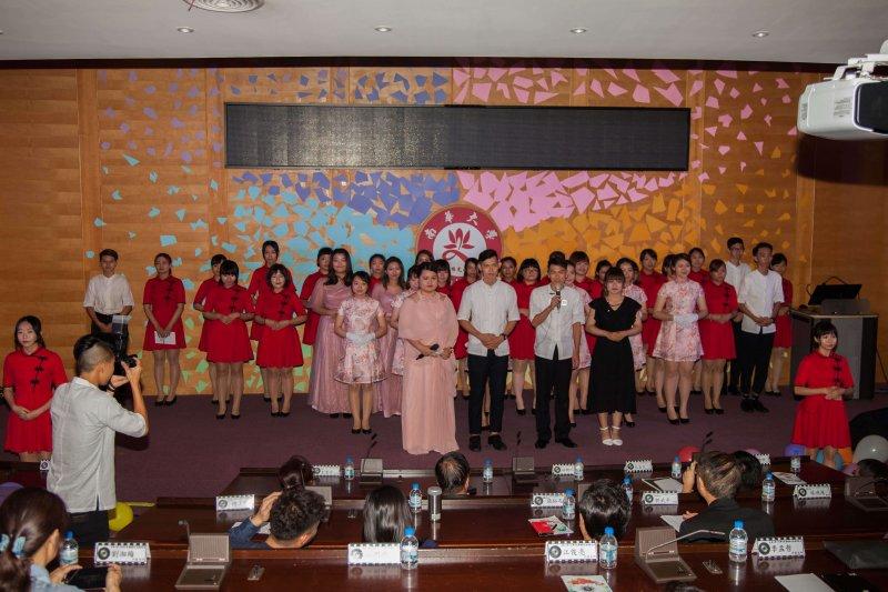 南華大學傳播金傳頒獎典禮盛大登場,聲色和鳴歌唱社表演晚會增添不少風采。〔圖/南華大學提供〕
