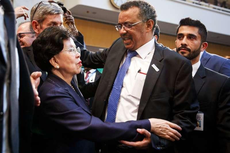 WHO總幹事選舉:譚德塞與前任WHO總幹事、現任第十三屆中國人民政協全委會常務委員陳馮富珍擁抱(AP)