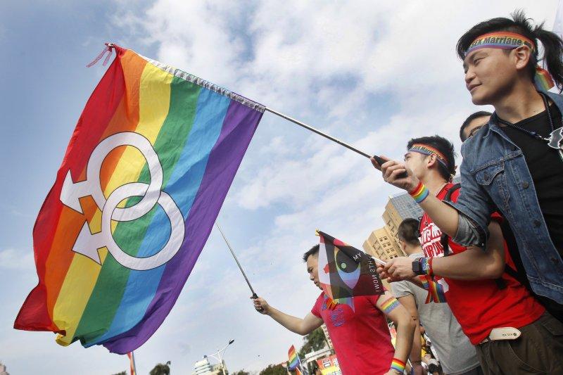 大法官作出釋字第748號解釋,宣告《民法》不允許同性結婚的規定違憲,挺同婚的民眾在街上歡呼。(美聯社)