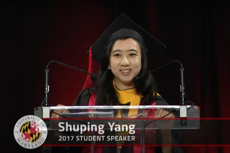 中國留學生楊舒平,在美國馬里蘭大學畢業典禮致詞表示,到了美國,她才知道「呼吸」竟是如此快樂的事,空氣清新無比、不像家鄉一樣污濁霾害,再也不必戴口罩出門了,更重要的是,美國有一種空氣,在家鄉是聞不到的——自由的空氣。這段演講在中國國內引起不小的反彈與批評聲浪。(圖翻攝自Trevor Rez@youtube)
