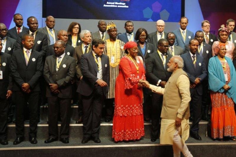印度總理莫迪會見在印度舉行的第52屆非洲發展銀行大會的代表。(美國之音)