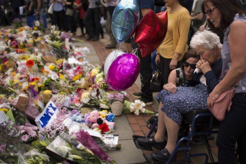 人們在曼徹斯特的廣場哀悼爆炸案死難者。(美國之音)