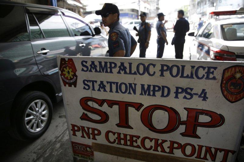 菲國南部民答那峨島的南拉瑙省首府馬拉威市發生恐怖分子脅持民眾和神父的事件,目前該區警察實施嚴格檢查。(美聯社)