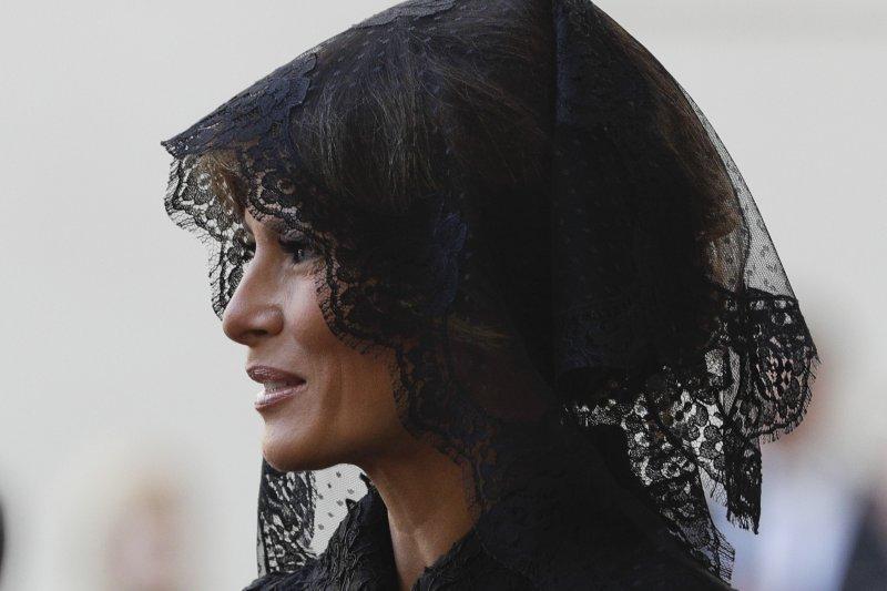 美國第一夫人梅蘭妮亞會見教宗時佩戴黑紗。(美聯社)
