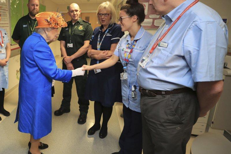 英國女王伊莉莎白二世到訪曼徹斯特兒童醫院,慰問傷者和感謝醫護人員(AP)