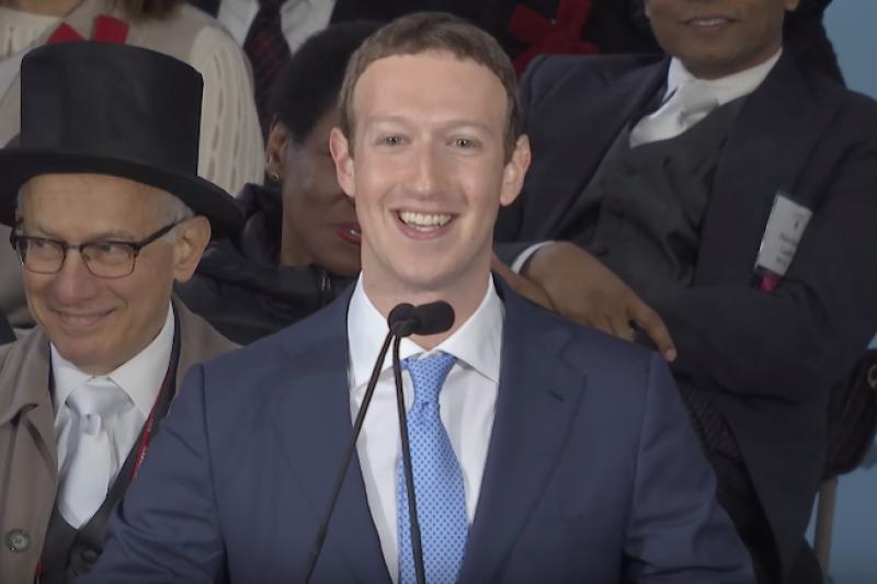 臉書創辦人馬克‧祖克柏回到母校哈佛進行畢業演說。(圖/擷取自Harvard University的YouTube頻道)