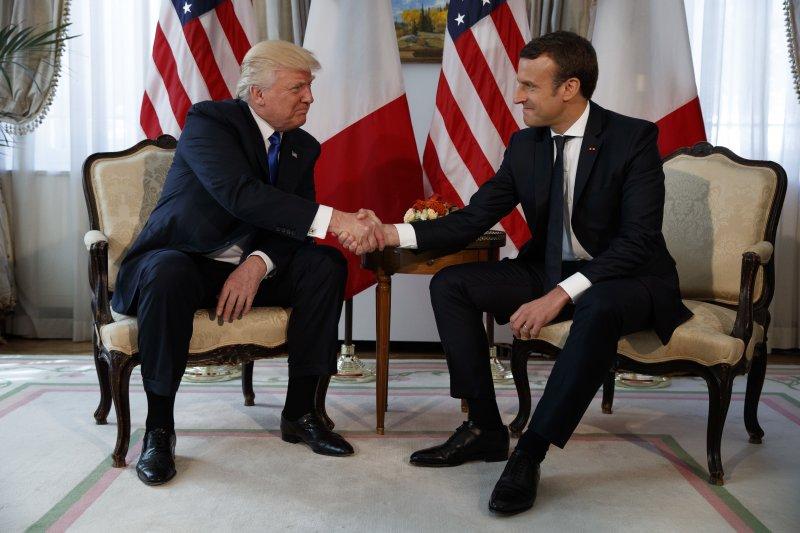 美國總統川普和法國總統馬克宏25日首度見面,兩次握手過招,互不相讓。(美聯社)
