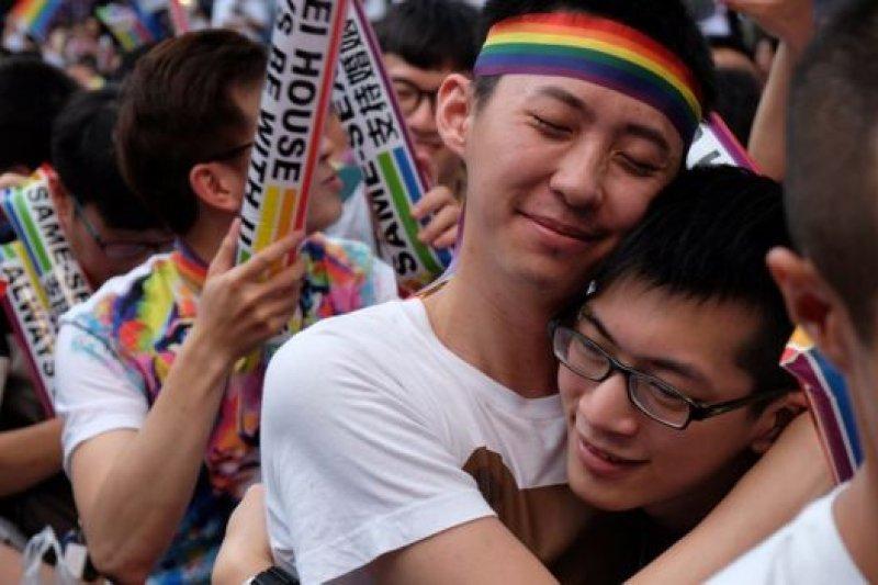 釋憲案宣佈禁止同婚是違憲,司法院外的挺同群眾得知結果開心擁抱。