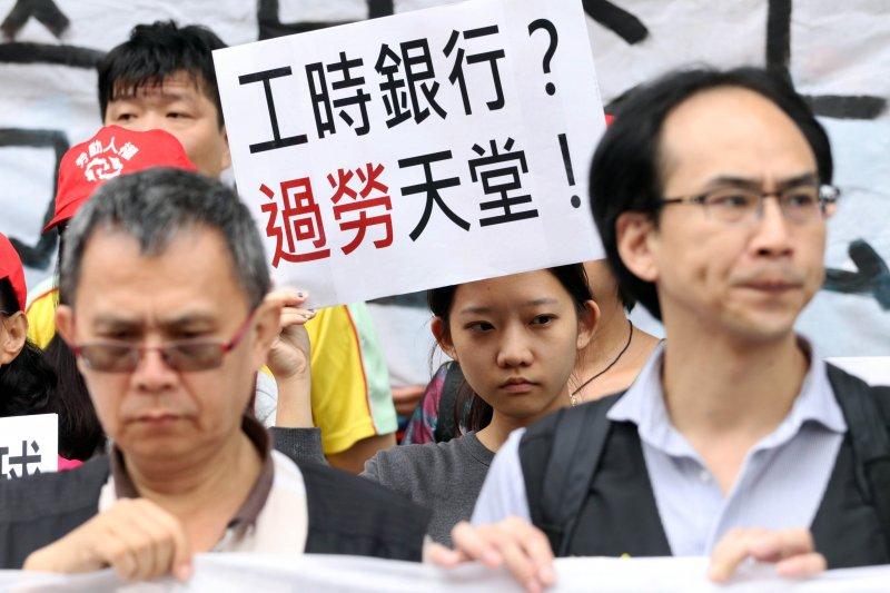 20170526-勞工團體上午在立法院外照開「反對勞基法再改惡!拒絕工時銀行!」記者會。(蘇仲泓攝)