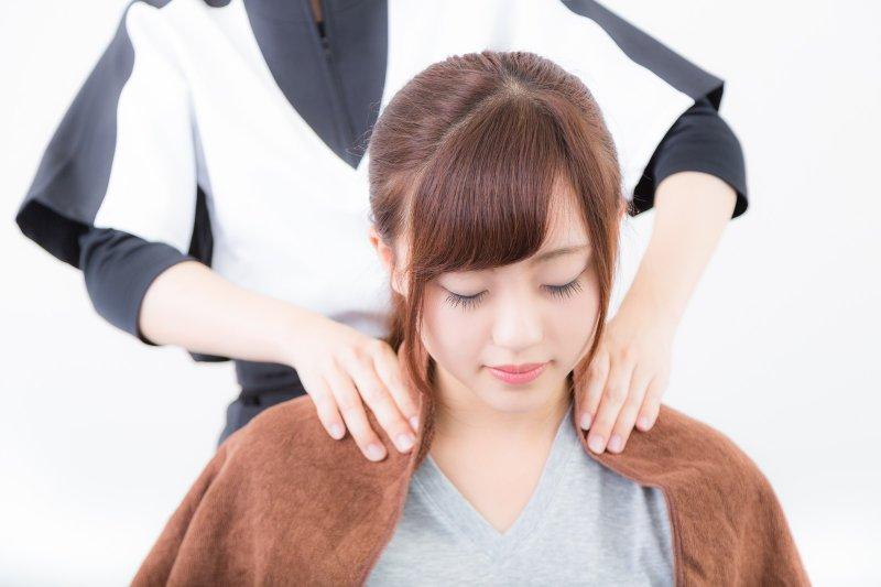 久坐辦公室的人,時常感覺肩頸痠痛?(圖/pakutaso)
