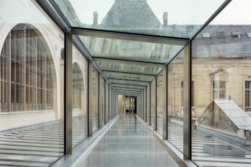 穿透的玻璃媒材營造輕盈氛圍感受,不只巧妙引入自然光源,同時為傳統建築注入現代新意。(圖/Marchand Meffre,MOT TIMES明日誌提供)