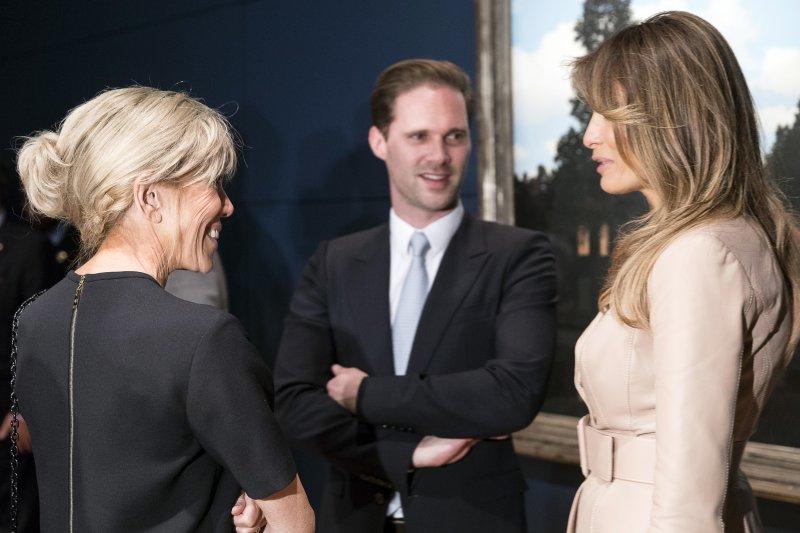 北約(NATO)峰會25日於比利時首都布魯塞爾舉行,盧森堡總理貝特的同志伴侶戴斯特內(Gauthier Destenay)和其他第一夫人寒暄(AP)