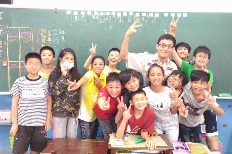 邱國葳願意在下班後,還留在學校幫忙其他老師,甚至連放假,他也主動幫忙帶學生去比賽。(取自和平國小臉書)