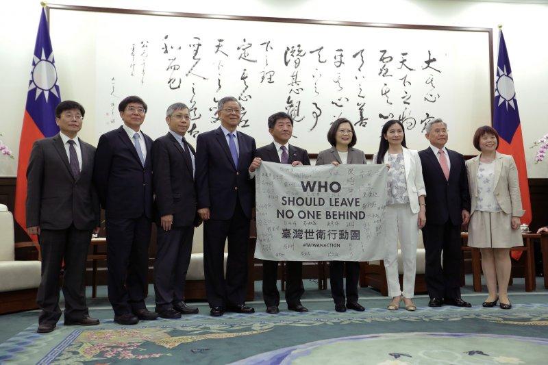 總統蔡英文接見衛福部長陳時中率領的「台灣世衛行動團」,肯定此行成功讓世界了解,台灣能夠為全球衛生安全做出實質貢獻。(總統府提供)