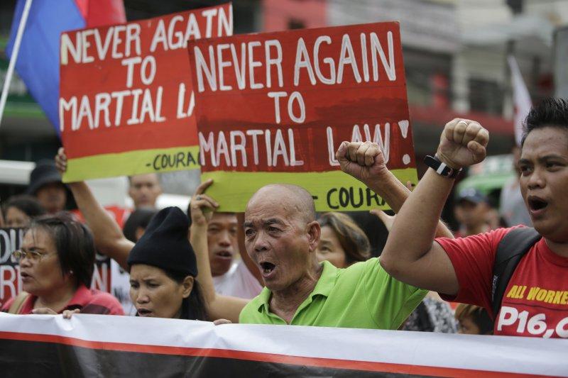 菲律賓民眾抗議杜特蒂戒嚴。(美聯社)