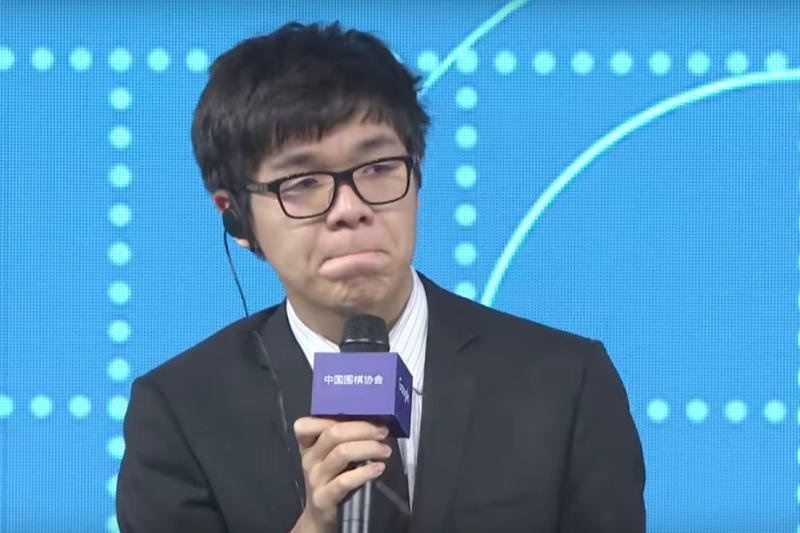 中國圍棋棋王柯潔和AlphaGo對戰連3敗後,柯潔27日在賽後記者會上一度哽咽。(截圖自YouTube)