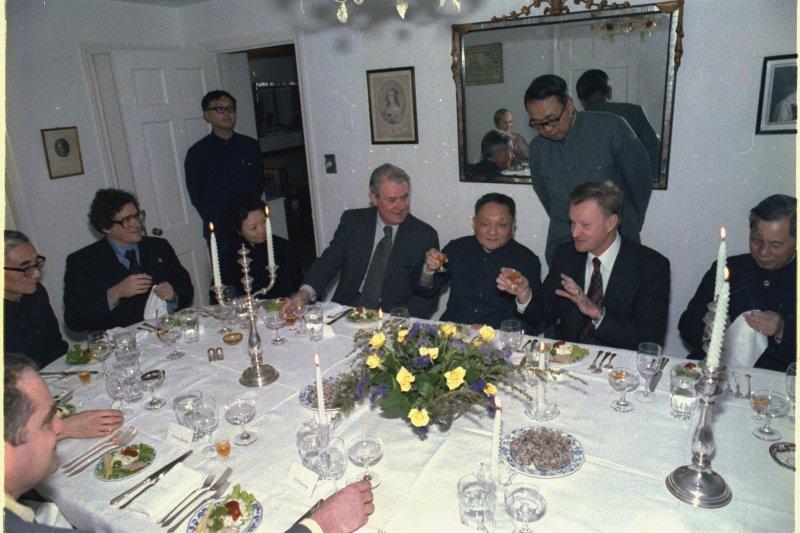 1979年中國領導人鄧小平(左3)訪美,白宮國家安全顧問布里辛斯基(Zbigniew Brzezinski)設宴款待(Wikipedia / Public Domain)