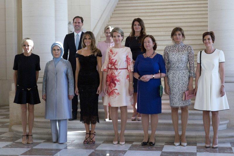 北約(NATO)峰會25日於比利時首都布魯塞爾舉行,各國領導人的配偶在會場外合影,今年有個亮點:左上方的戴斯特內(Gauthier Destenay),他是盧森堡總理貝特爾(Xavier Bettel)同志伴侶(AP)