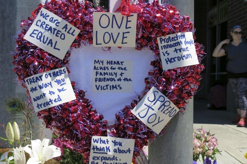 波特蘭刺殺案,美國民眾為罹難者和其親友獻上花圈。(美聯社)