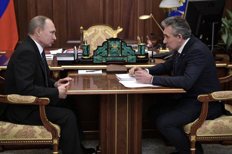 俄羅斯開發銀行(VEB)的總裁戈柯夫(Sergei Gorkov,右)是普京總統的親信(Wikipedia / Public Domain)