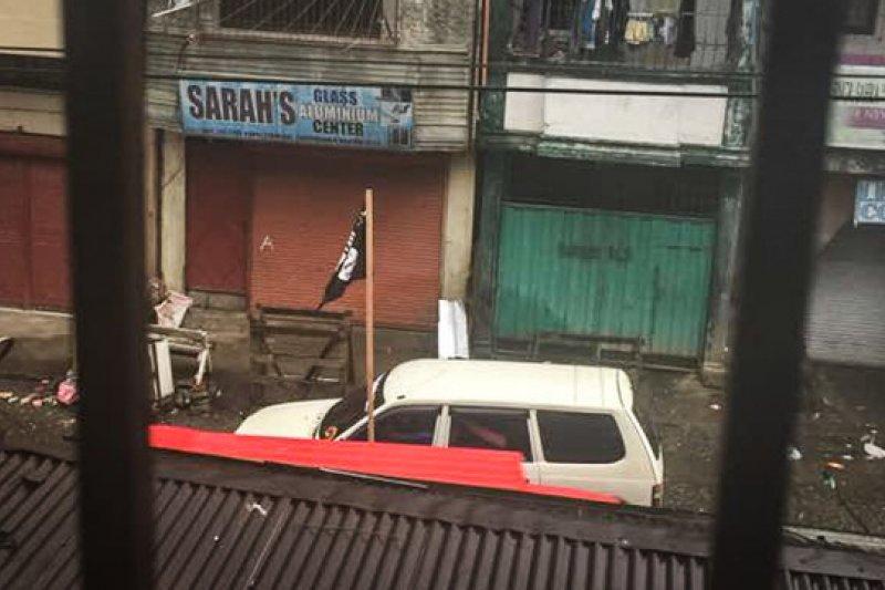 在社群媒體流傳的相片上,可以看到掛著「伊斯蘭國」的車輛在馬拉威街頭奔馳。