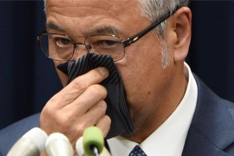 曾擔任2006年至2008年日本經濟產業大臣的甘利明辭職時落淚。(BBC中文網)