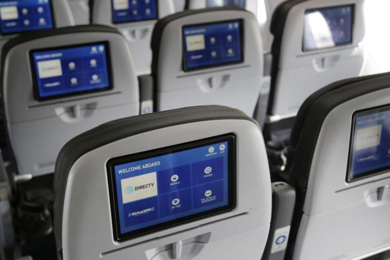 美國考慮所有國際航線的乘客都禁止攜帶筆記型電腦上機,圖為捷藍航空(JetBlue)飛機客艙(美國之音)