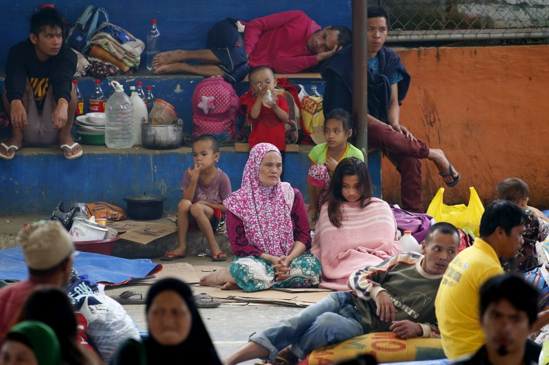 菲律賓南部的馬拉威市陷入戰火,當地居民不得不逃到附近的難民收容營棲身。(美聯社)