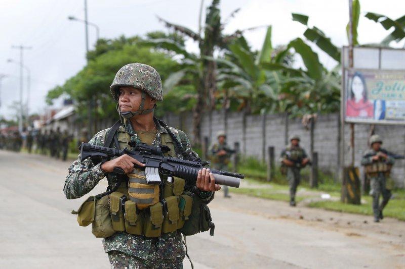 菲律賓政府軍28日在馬拉威市內推進,準備繼續進攻極端組織。(美聯社)
